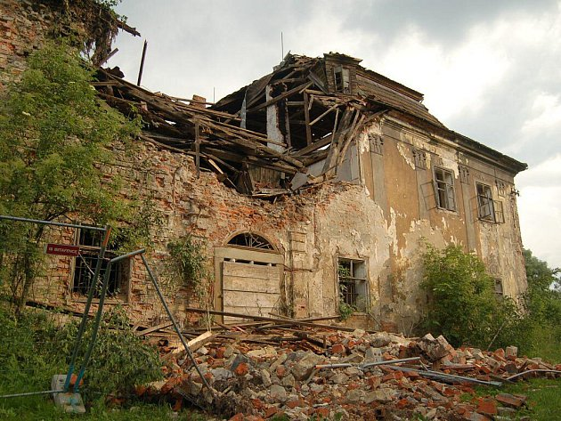 Zámek v Ropici na archivním snímku.