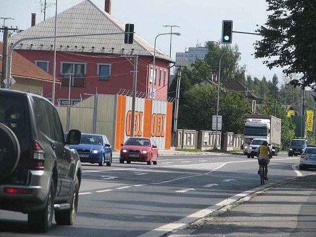 """Semafory v Příborské ulici v Místku fungují teprve od pondělního dopoledne, město proto nabádá řidiče, aby místem nejezdili """"po paměti"""". Nepozornost by se jim  nemusela vyplatit."""