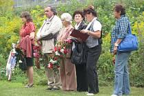 Lidé dorazili k památníku v Lískovci, aby uctili památku pověšených mužů.