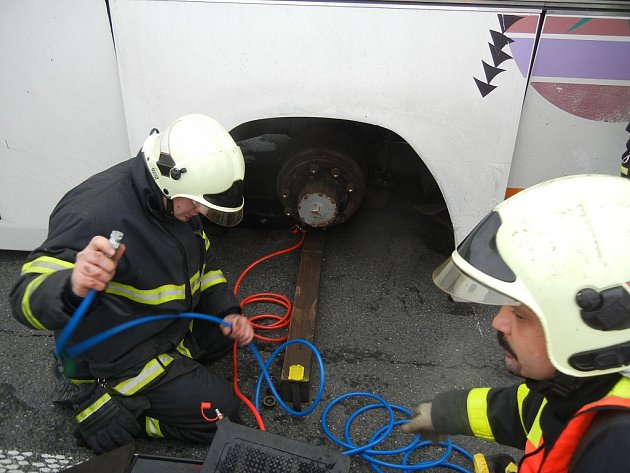 Hasiči zTřinecka pomáhali autobusu, kterému upadla dvě zadní levá kola