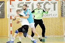 Také ve druhém letošním vzájemném zápase si házenkáři Frýdku-Místku (v modrém) poradili s rivalem z Karviné.