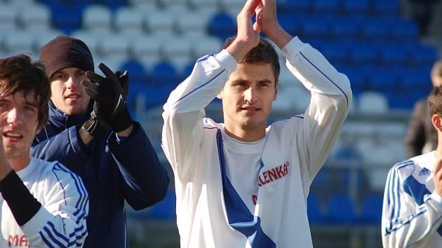 Takto se zkušený zadák Valcířů Zdeněk Staněk (uprostřed) loučil s frýdecko-místeckými fanoušky.