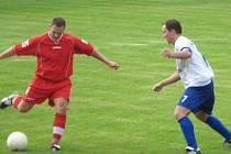 Lískovecký Michal Šimek (vlevo) se na ilustračním snímku chystá odcentrovat míč.