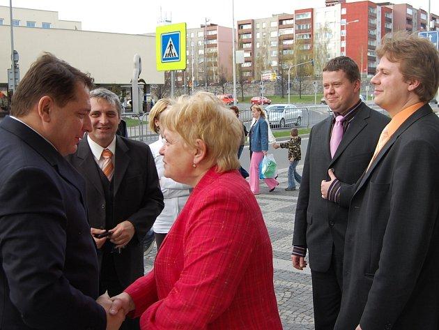 Jiřího Paroubka ve Frýdku-Místku přivítala osobně primátorka Eva Richterová.