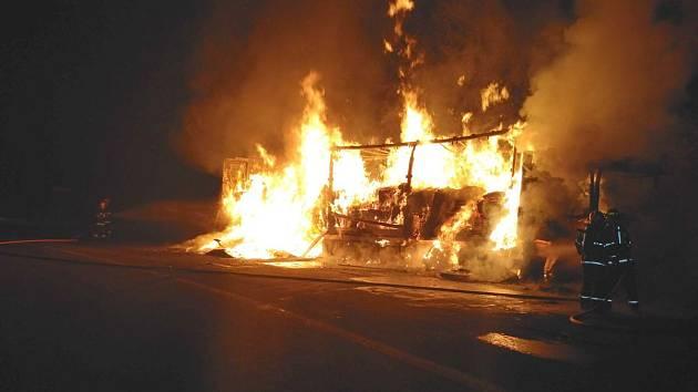 Plameny zachvátily v pátek 2. září po půlnoci kamion v Bílé na Frýdecko-Místecku.