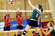 Volejbalistky Frýdku-Místku (červené dresy) první letošní utkání nezvládly, když v domácím prostředí nestačily na celek KP Brno.