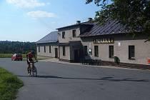 Cyklista projíždí kolem restaurace Miarka v Oldřichovicích.