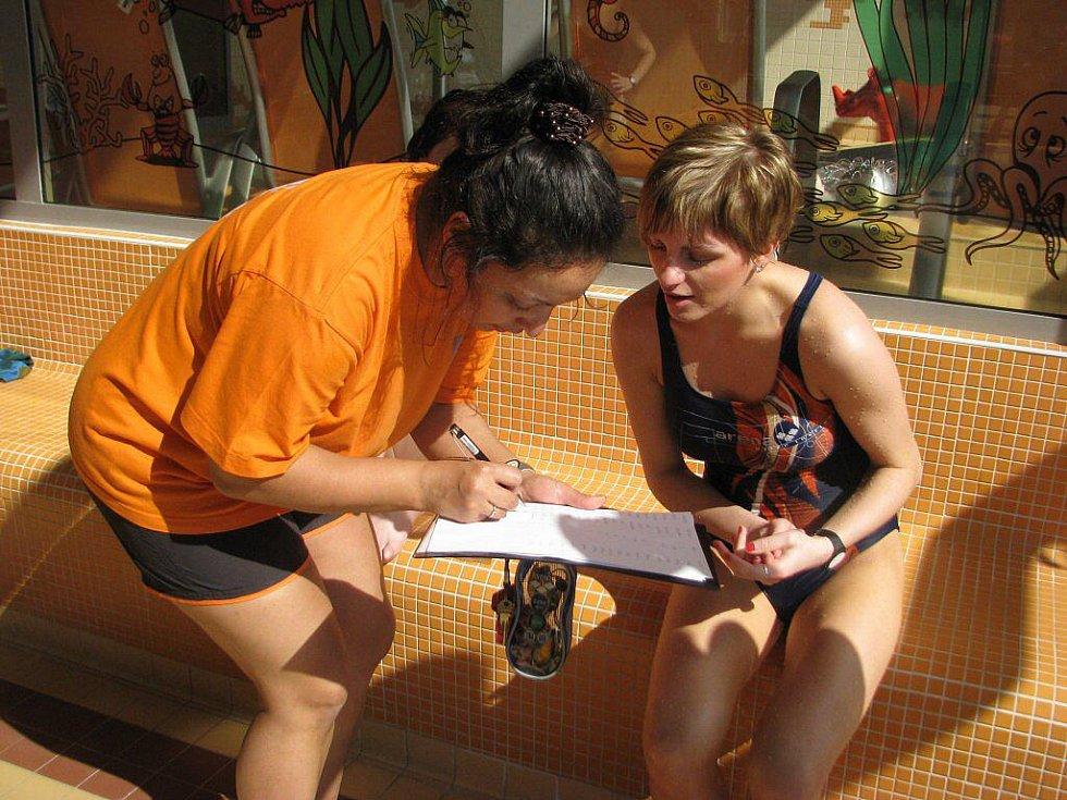 Třiadvacetiletá Hana Zrníková hovoří s jednou z pořadatelek hodinové štafety v aquaparku.