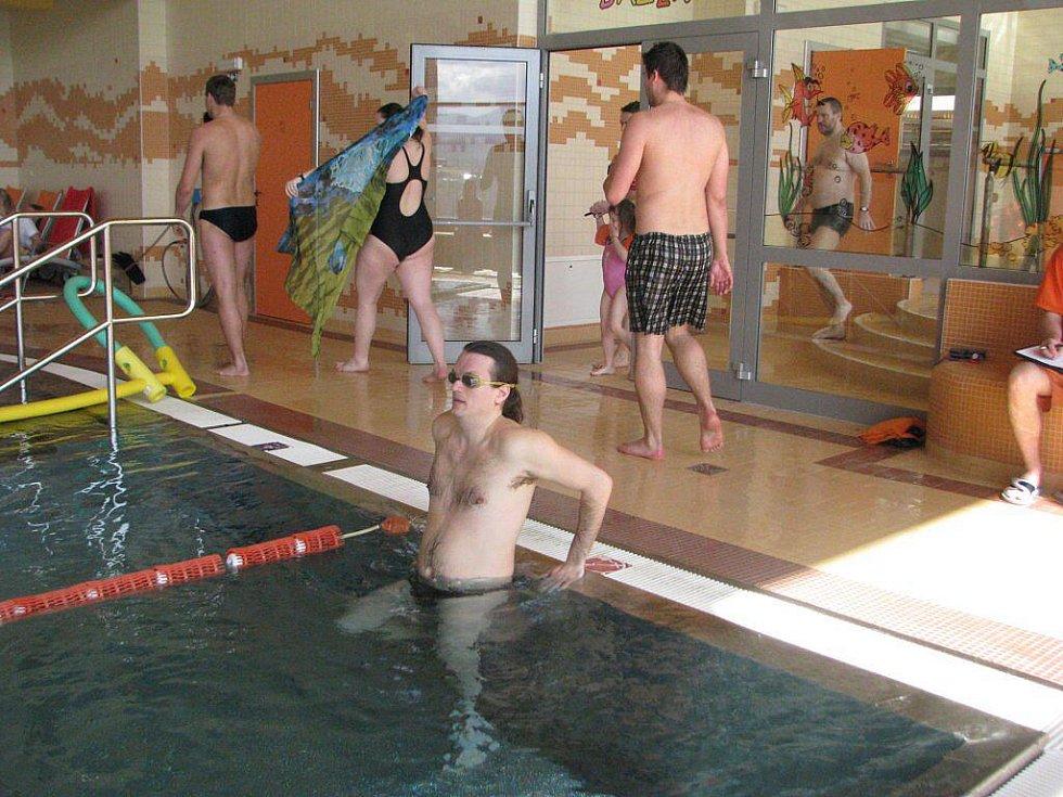 Ve frýdecko-místeckém krytém Aquaparku Olešná o víkendu vyvrcholil Vodní týden, který souvisel se Světovým dnem vody. Na svůj štafetový úsek se připravuje Hynek Nekuža.