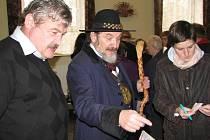 Zdeňa Viluš I. se zájmem obcházel stánky na jarmarku v Krmelíně. Vlevo starosta Václav Zezulka.