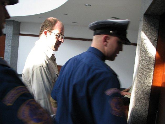 Kamil Krejčí (na archivním snímku) přichází v doprovodu vězeňské stráže k jednání soudu .