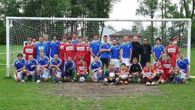 Společná fotografie smilovických dorostenců s týmem Ambassadors In Sport.