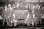 Výstavba Dolu Paskov v roce 1960 započala zásadní proměnu celé oblasti. Kolektiv havířů na snímku oslavuje splnění státního plánu dne 14. prosince 1989. V témže roce dosáhl důl také nejvyšší těžby ve své historii (835 105 tun uhlí). Foto: archiv obce Pask