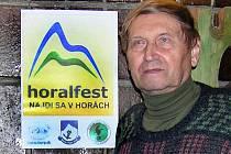 Jiří Otípka u poutače Horalfestu.