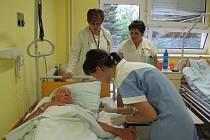 Martina Lancová při ošetřování pacienta pod dohledem členky maturitní komise a náměstkyně pro ošetřovatelskou péči frýdecko- -místecké nemocnice.