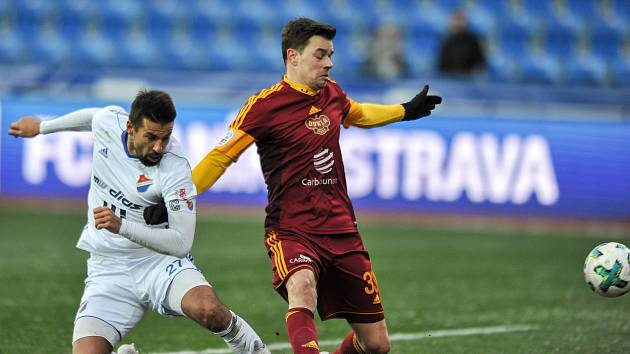 Ondřej Kušnír v dresu Dukly na snímku s Milanem Barošem v utkání proti Baníku Ostrava.