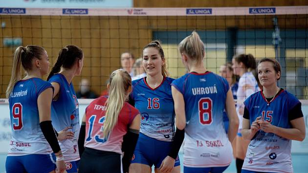 Volejbalistky Přerova (v bílém) proti Frýdku-Místku.
