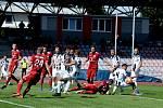 Třinečtí fotbalisté (v červeném) doma remizovali se silným Hradcem Králové 1:1.