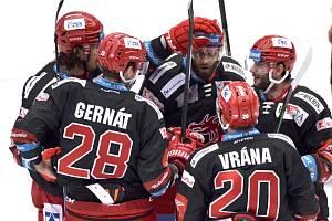 Hokejisté Třince (v černém) v utkání 17. kola extraligy proti Olomouci.