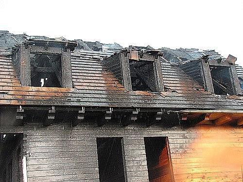 Novostavbu v Bystřici pravděpodobně zapálil blesk. Hasilo ji šest hasičských jednotek.
