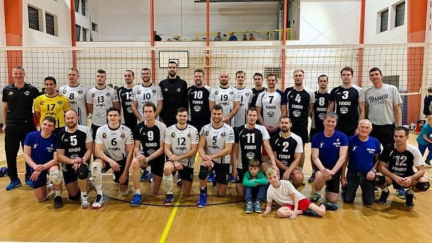 Společné pozápasové foto týmů Holubic (v černých dresech) a Black Volley Beskydy.
