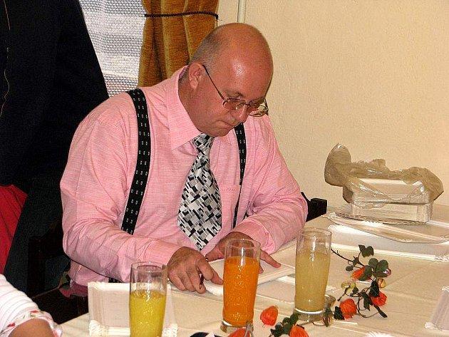 """Radim Pobuda měl při sobotním hodoňovickém štrúdlování i """"papírové"""" povinnosti."""