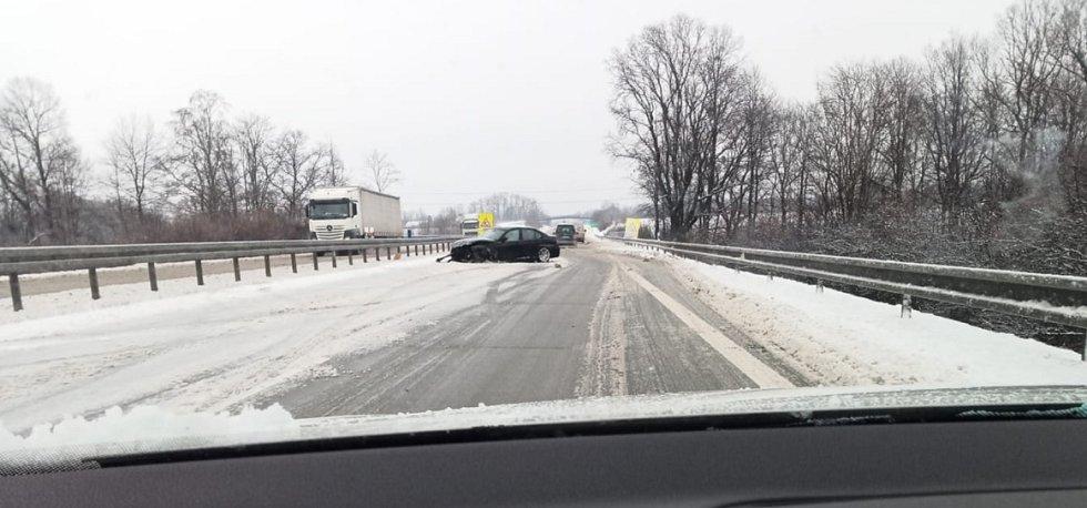 Havarované BMW ve směru z Frýdku-Místku na Český Těšín, před výjezdem na Hnojník.