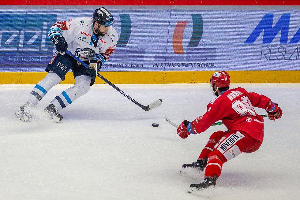 Finále play off hokejové Tipsport extraligy - 1. zápas: HC Oceláři Třinec - Bílí Tygři Liberec, 18. dubna 2021 v Třinci. Zleva Michal Birner z Liberce a Erik Hrňa z Třince.