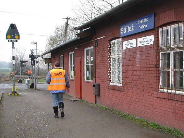V železniční zastávce Střítež na Frýdeckomístecku se v těchto dnech týden pohybují pouze pracovníci stavební firmy. Opravuje se totiž železniční přejezd. Pokud ale vlaky jezdí, o komfortu se hovořit nedá.