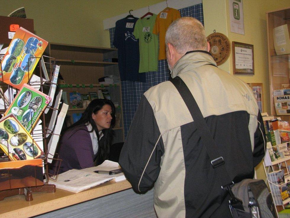Knihovna v Ostravici získala ocenění. Ostravický starosta Miroslav Mališ a vedoucí knihovny Martina Klímková ho považují za velký úspěch.