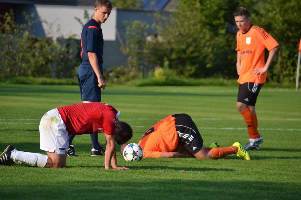 Přestřelka mezi domácí Lučinou (červené dresy) a béčkem petrovické Lokomotivy skončila lépe pro hráče v červených dresech, kteří zvítězili 3:2.