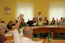 Zvednuté ruce zastupitelů ve Sviadnově znamenají, že se logistické centrum v obci stavět nebude.