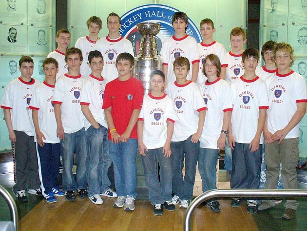 Mladí hokejisté Třince se vyfotografovali se slavným Stanley Cupem.