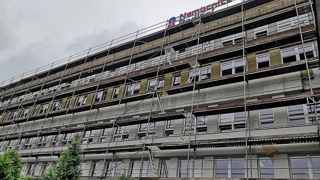 Hejno rorýsů krouží nad Nemocnicí Podlesí v Třinci.