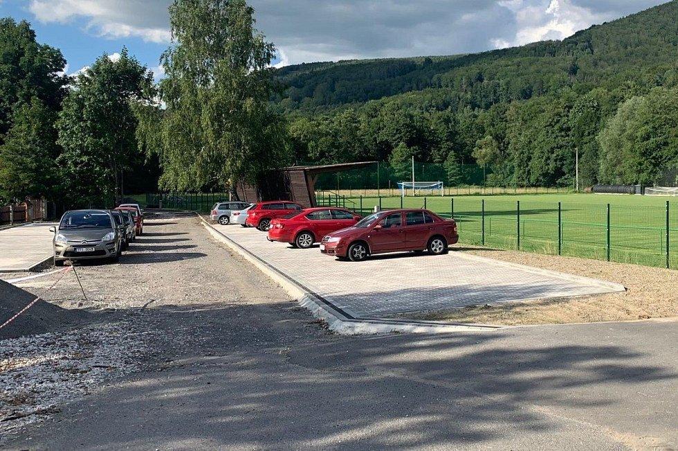 Deník na návštěvě v Raškovicích - nové parkoviště u fotbalového hřiště.