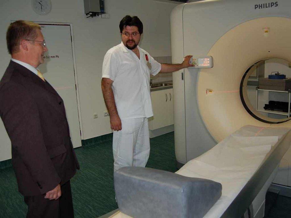 Petr Gebauer (vpravo) zkouší nový tomograf, přihlíží primář Jan Pastrňák.