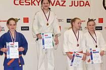 Zlatou medaili v kategorii starších žákyň získala Karolína Kubíčková (druhá zleva).