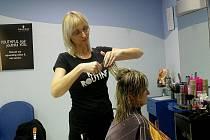 V místeckém kadeřnickém salonu Osis upravuje své klienty Hana Brožková.