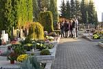 Na hřbitovy ve Fryčovicích a Staříči lidé chodili zapalovat svíčky a pokládat kytice po celý víkend.