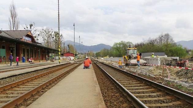 Práce ve Frýdlantu nad Ostravicí jsou v plném  proudu, dělníci se nezastaví ani o víkendech.