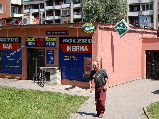 Muž prochází kolem jedné z heren v třinecké části Terasa.
