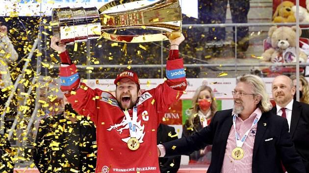 Hokejisté Třince získali mistrovský titul. Na snímku s pohárem kapitán Petr Vrána.