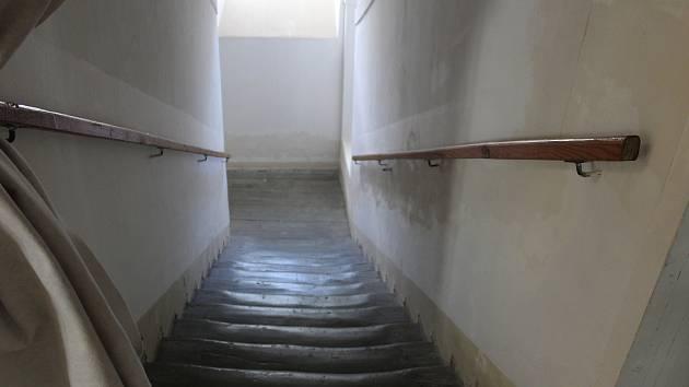 Mladík se vyřítil z bytu na schodiště a povalil kolemjdoucího seniora.