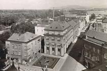 V PŘÍZEMÍ budovy vlevo sídlila Otáhalova cukrárna, dům byl zbořen kvůli budování silničního průtahu městem. Zůstala jen budova záložny (uprostřed), později v ní sídlila Moravia banka.