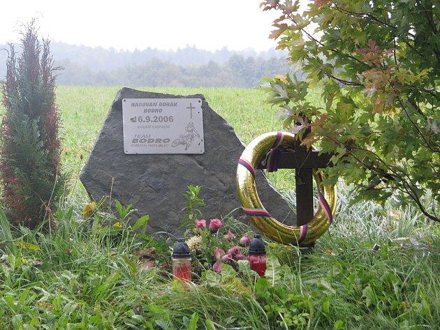 Pomník mezi Lhotkou a Kozlovicemi, kde zahynul Radovan Borák. Před týdnem uběhly dva roky od jeho tragické nehody.