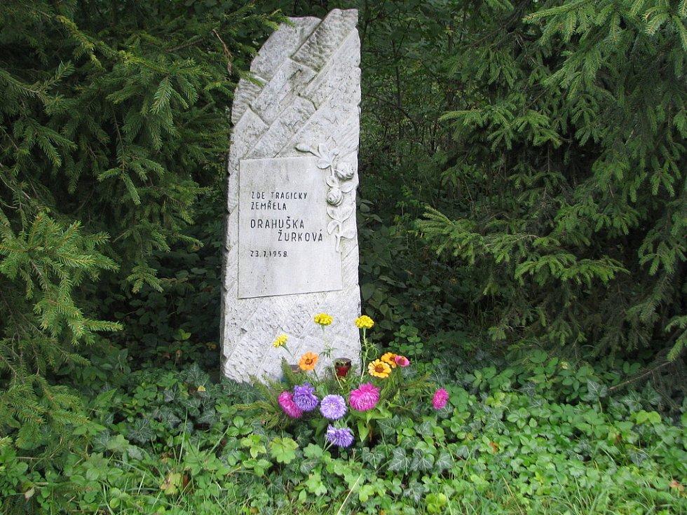 Pomníček u silnice z Frýdku-Místku na Palkovice spatříte ještě před odbočkou k restauraci v Místeckém lese. K tragické události zde došlo před padesáti roky, kdy na tomto místě 23. července 1958 tragicky zahynula Drahuška Žurková.