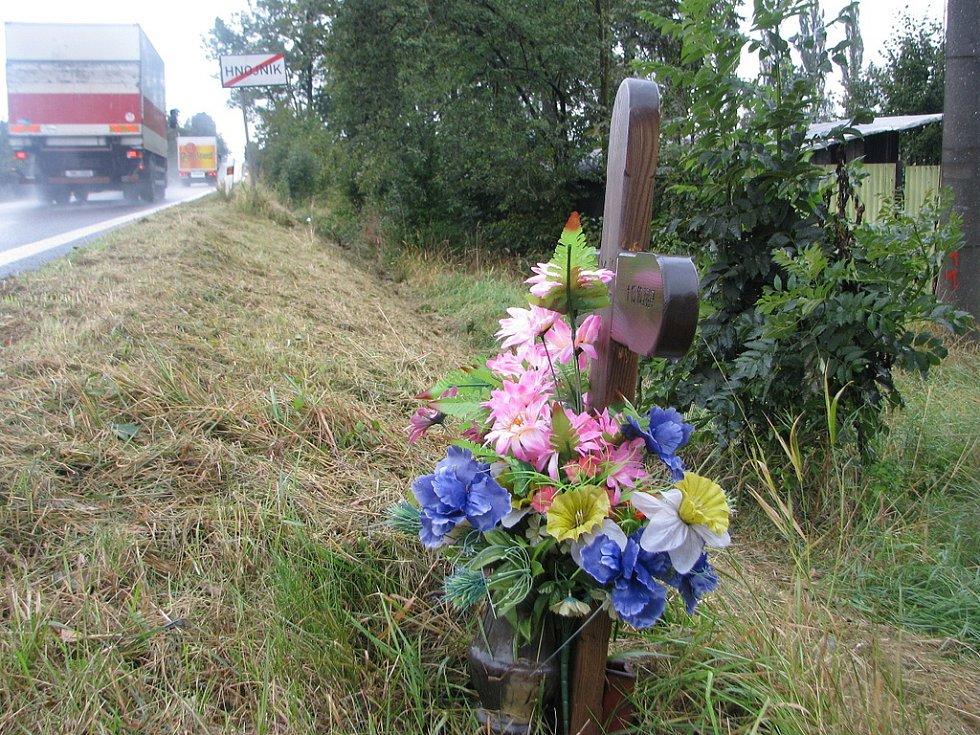 Křížek u silnice v Hnojníku (u fotbalového hřiště) je vzpomínkou na muže, který zde zahynul 13. října minulého roku.