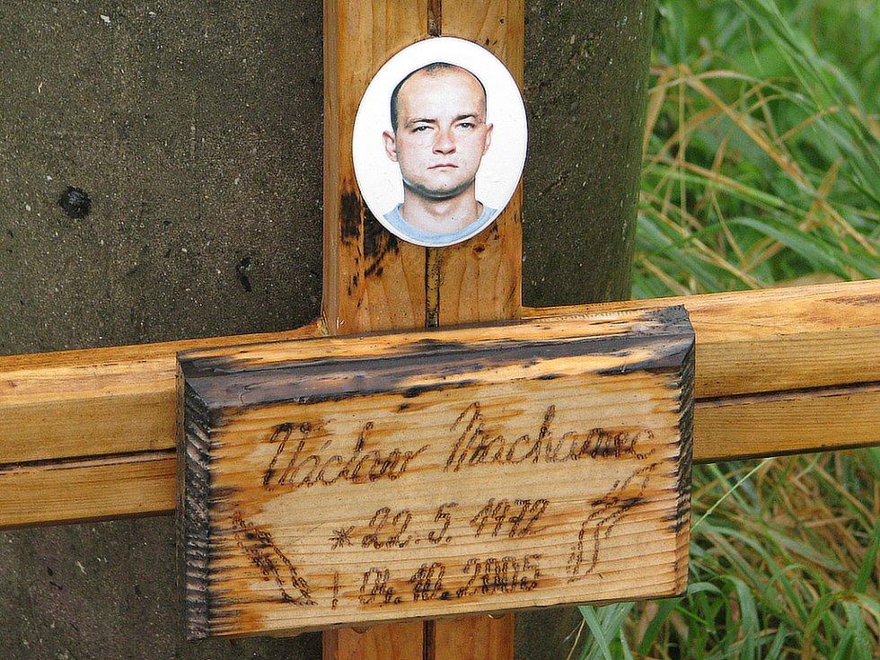 Pomníček s fotografií v Sedlištích připomíná tragickou nehodu, po které 4. října 2005 zemřel Václav Machanec. Měl pouhých třiatřicet let.