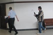 Obžalovaný Štěpán Krop (vpravo), který měl v bytě napadat svou družku, právě odchází ze soudní síně.
