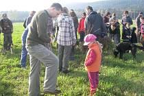 První jabloně, duby a buky vysadili v sobotu dopoledne obyvatelé Jablunkova a další dobrovolníci společně s Hnutím DUHA na rozlehlé louce v lokalitě Městská Lomná.